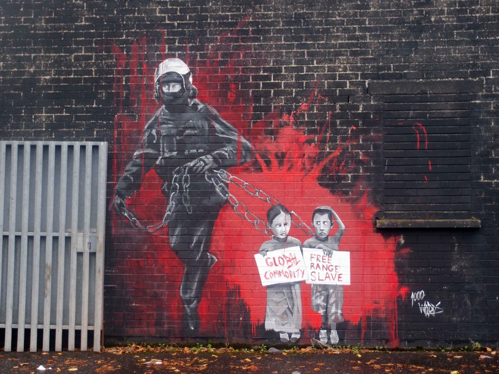 Murales sul Muro della Pace di Belfast all'all'altezza del cancello che viene chiuso, tra zona cattolica e protestante, in caso di disordini. Foto di Valeria Palumbo