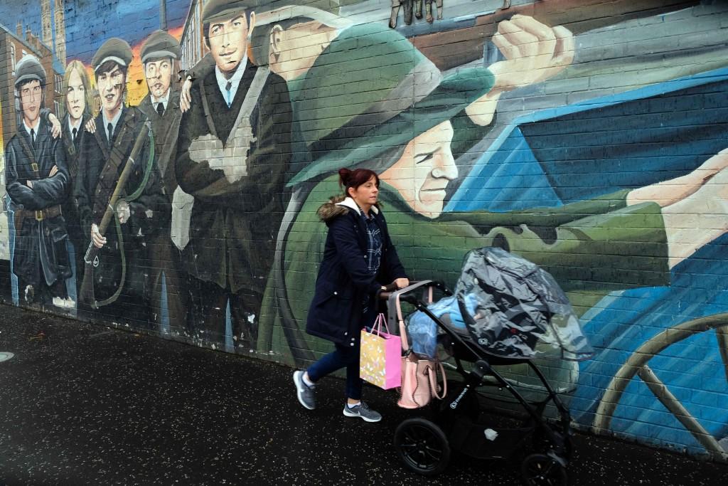 Muro della Pace: nel quartiere cattolico di Belfast il Muro che costeggia e divide la zona dalle strade protestanti è coperto di murales. Foto di Carlo Rotondo