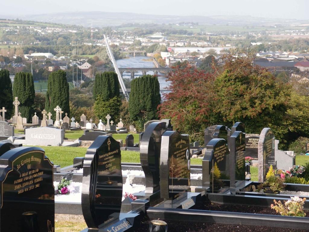 La cittadina di confine tra Irlanda e Ulster, Strabane: dal cimitero si vede il fiume Foyle lungo cui corre il confine. Foto di Valeria Palumbo