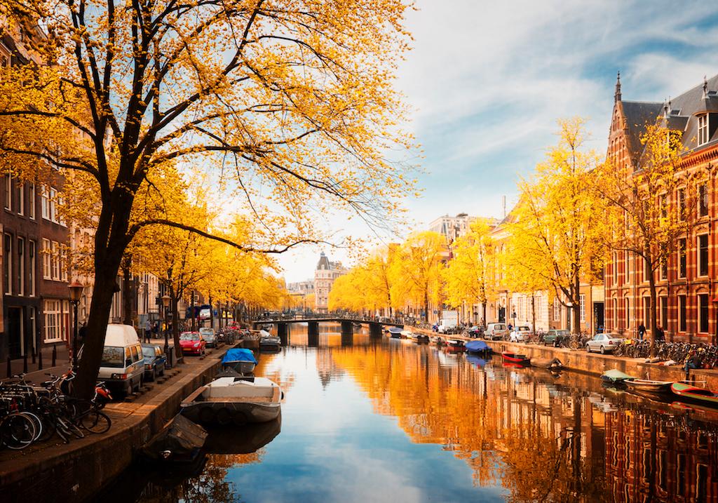 Amsterdam sta lottando contro un turismo di massa che le sta rovinando l'immagine. La piaga si chiama overtourism.