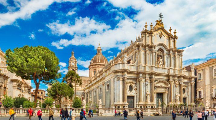 Foto Catania: dalla cattedrale di Sant'Agata al porto. Con vista sull'Etna