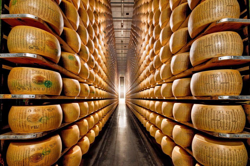 La cooperativa Agrinascente, a Fidenza, realizza Parmigiano Reggiano seguendo le regole kosher.