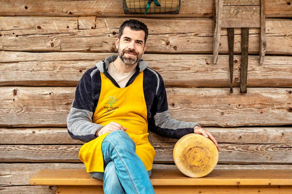 regali gastronomici da Sebastiano Crivellaro: nella sua bottega Malga Alta Carnia, a Sauris, si fanno provviste di formaggi.
