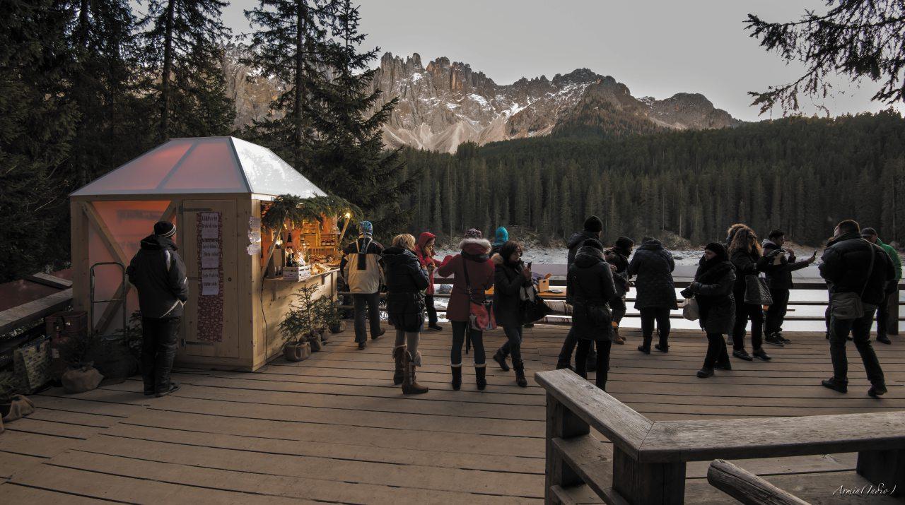 Il villaggio di Natale del lago di Carezza, Val d'Ega. Alto Adige