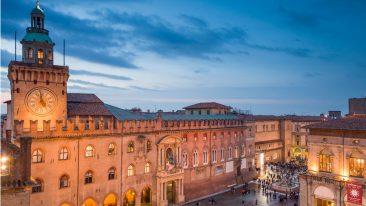 Piazza Maggiore a Bologna, con Palazzo d'Accursio e la Fontana di Nettuno