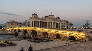 Cosa vedere a Skopjie, Macedonia del Nord: Il ponte di pietra sul fiume Vardar tra piazza Macedonia e il Vecchio Bazar della capitale