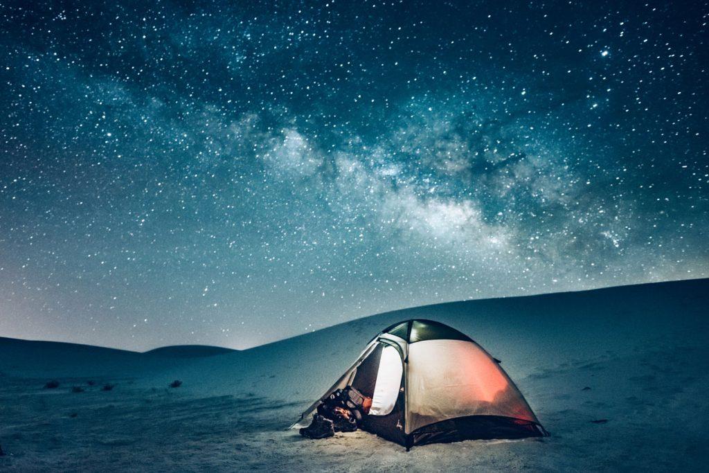 Si dorme in tenda sotto le stelle tra le dune del White Sands National Park (ph. iStock).