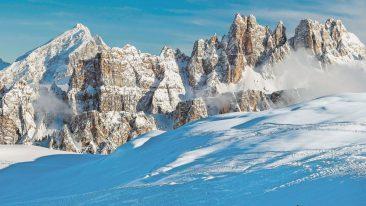 Discesa sullo sfondo dei monti Lastòi de Formìn, al centro, e Croda da Lago, a destra.