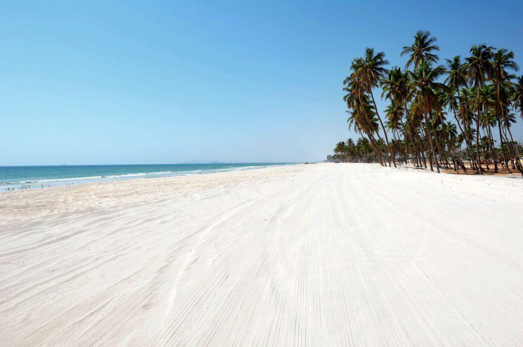 Al mare a febbraio, per godersi l'inverno al caldo: la spiaggia bianca di Ad Dahariz, in Oman