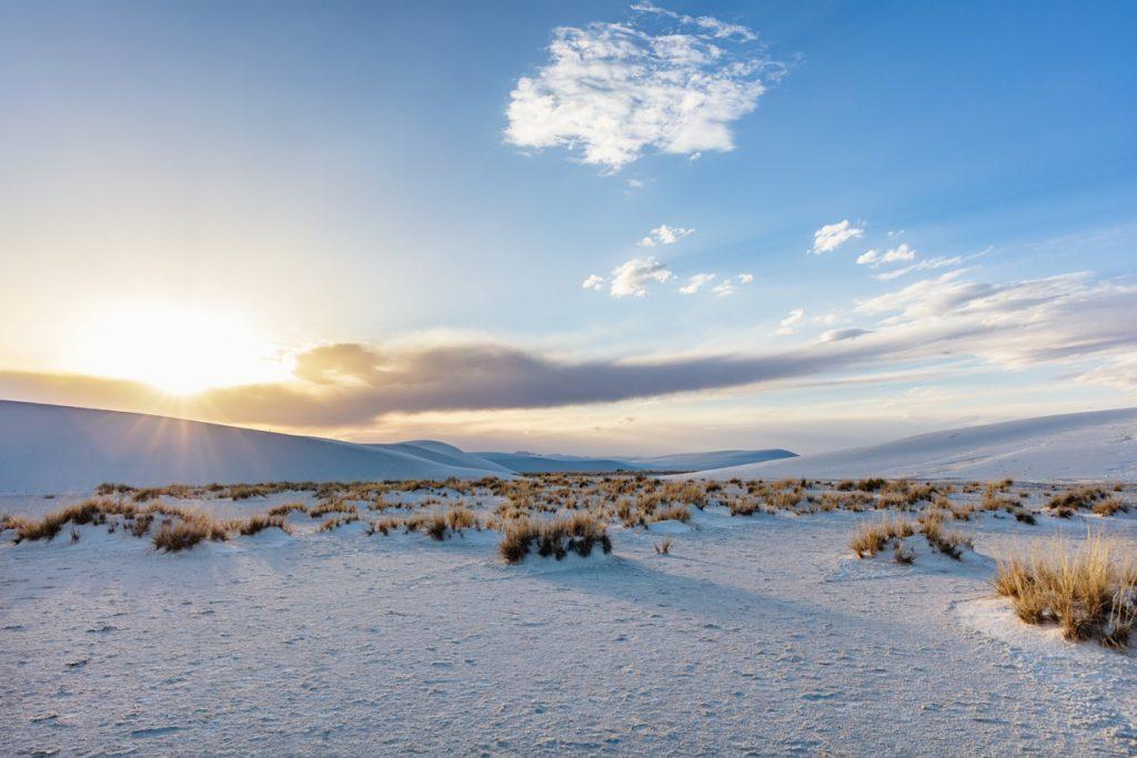 Le dune candide del White Sands National Park sono ancora più suggestive al tramonto (ph. iStock).