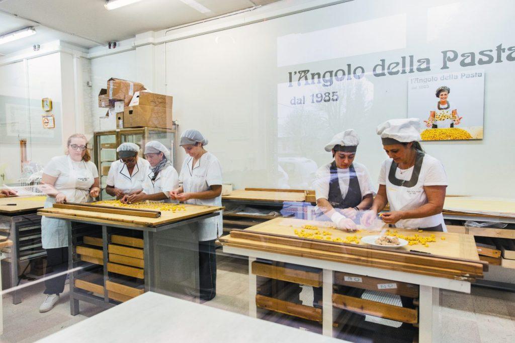 Imparare a fare i tortellini a L'Angolo della Pasta a Modena