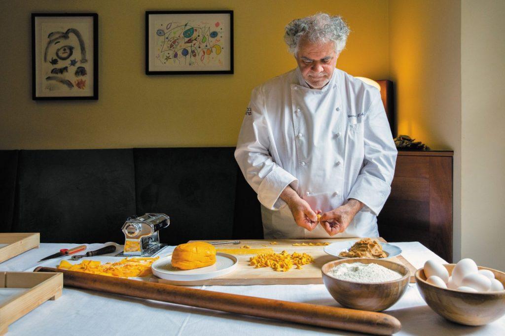 Gianni D'Amato nel suo Caffè Arti e Mestieri, a Reggio Emilia, prepara cappelletti piccolissimi, serviti in brodo di manzo e cappone.