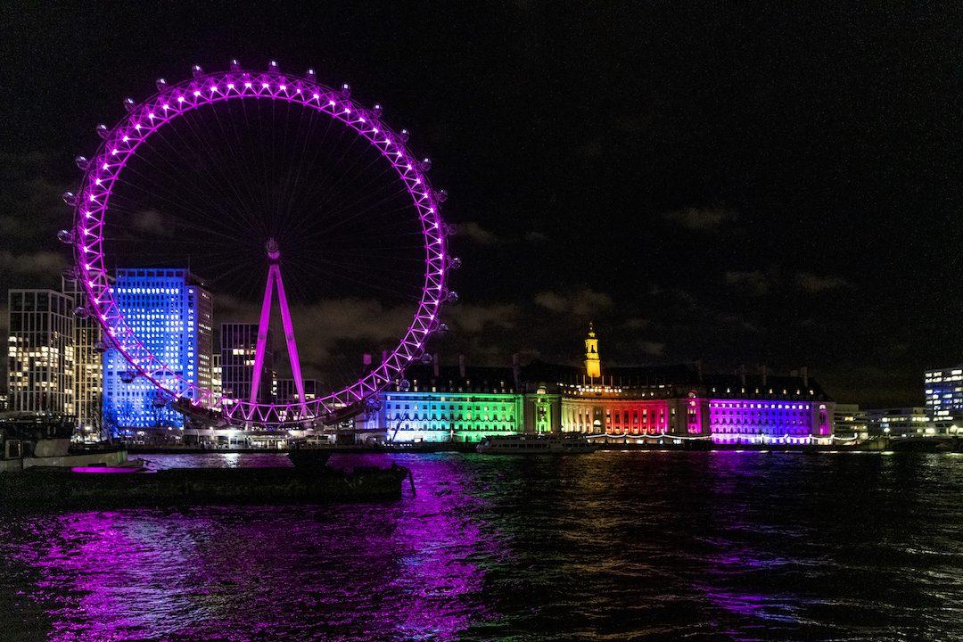London Eye: la ruota si accende di rosa nel cielo di Londra