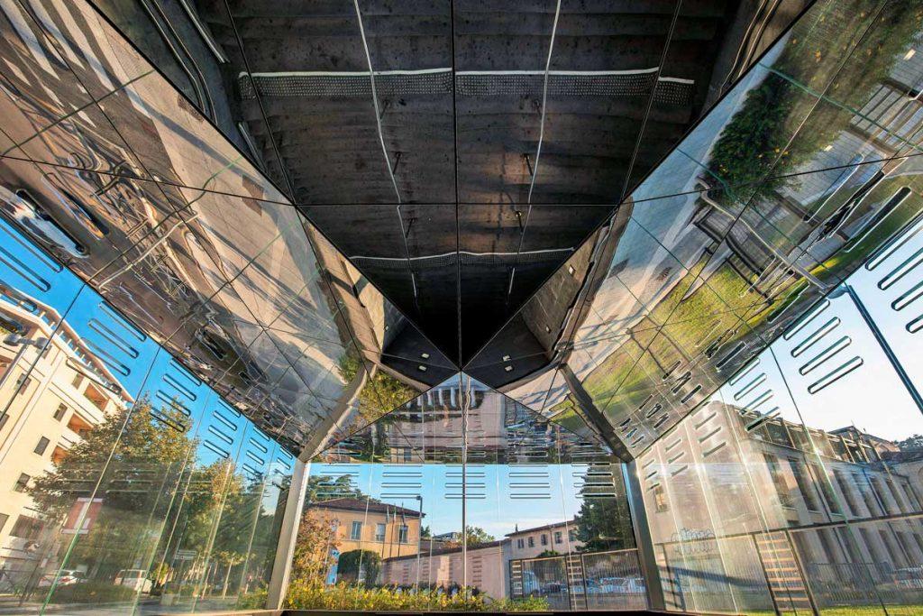 La moderna metropolitana di Brescia ha 17 stazioni che hanno offerto il pretesto di ripensare il paesaggio urbano