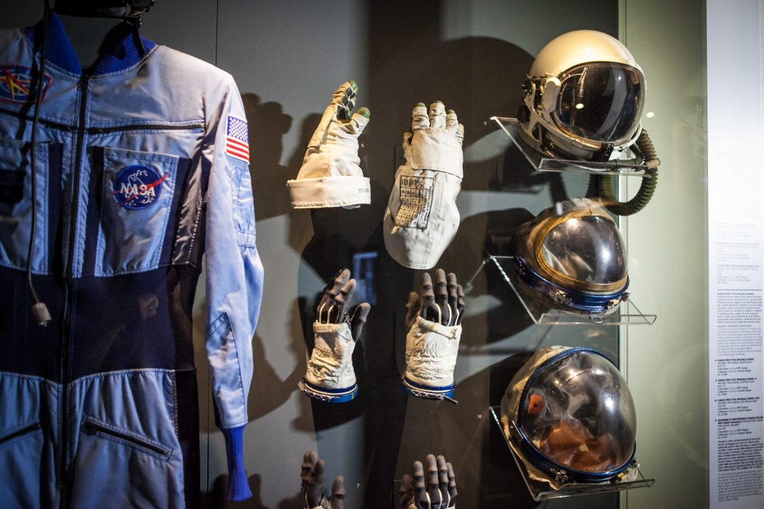 Tuta da astronauta e attrezzatura in mostra al Museo della Scienza di Milano