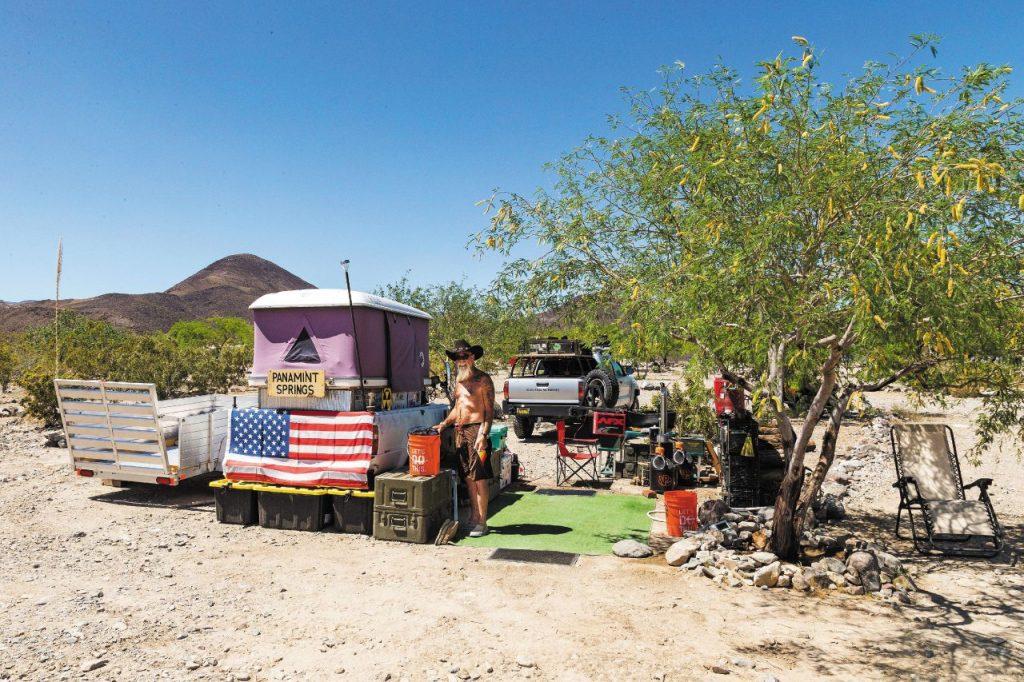 Un americano e la sua casa ambulante lungo la Highway 190.