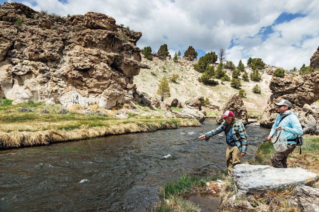 Pesca alla mosca sull'Hot Creek, nella Mono County.