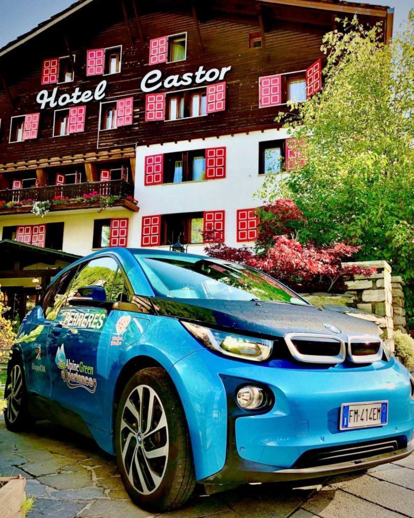 auto elettrica davanti all'hotel Castor di Champoluch