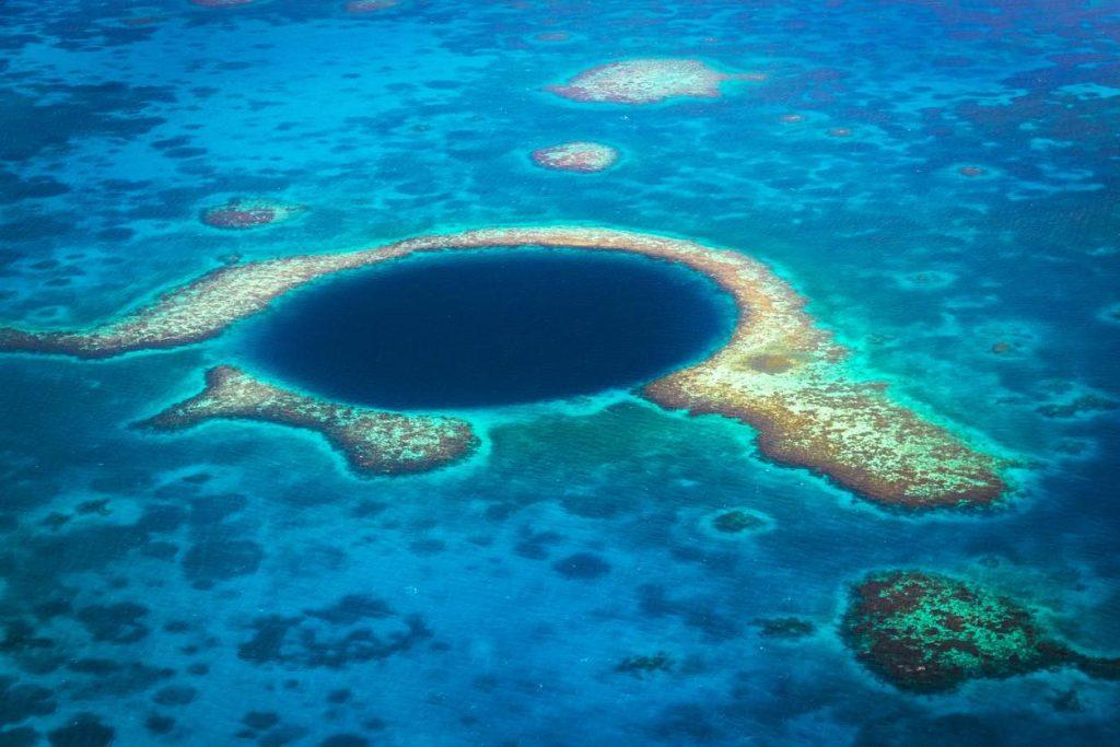 dove andare in vacanza ad aprile: in Belize, immersioni nel Blue Hole