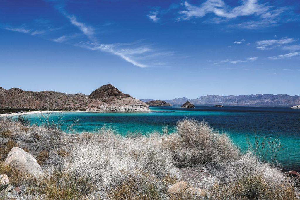 Acque turchesi e rocce che spuntano dal mare a Bahía Concepción.