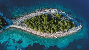 in barca tra le isole di Šibenik