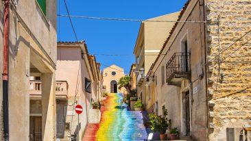 Arzachena, nella provincia di Sassari, con l'affascinante scalinata arcobaleno della Chiesa di Santa Lucia nel centro storico (ph: iStock)