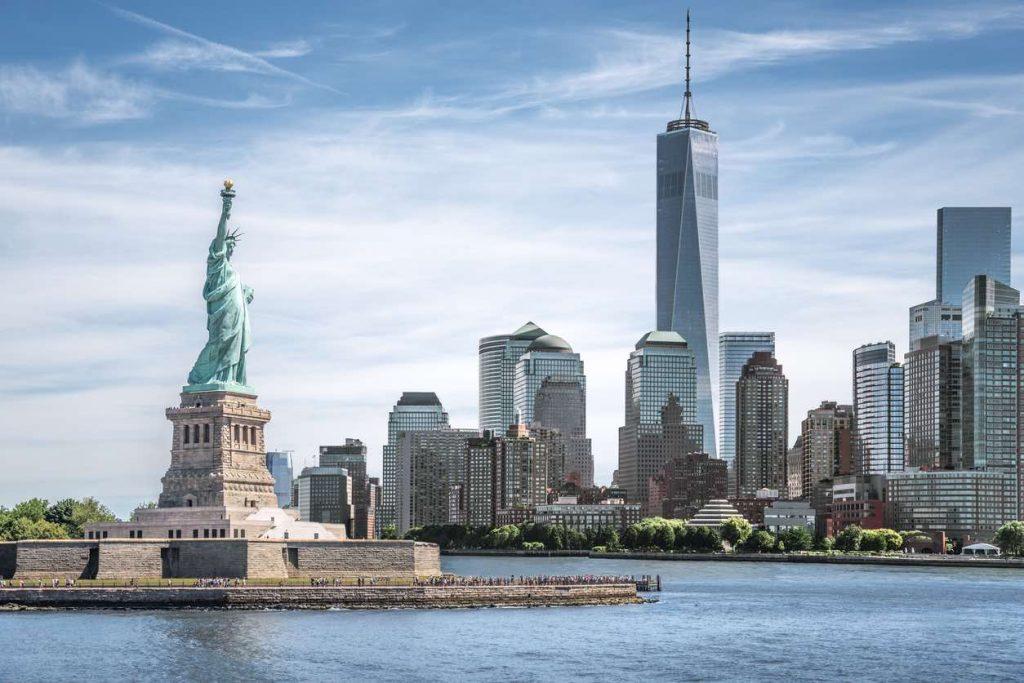 La Statua della Libertà. Sullo sfondo, il One World Trade Center