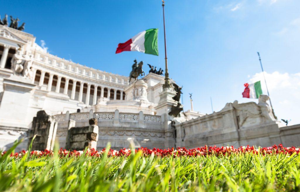 Festa della Repubblica: la bandiera italiana sventola all'Altare della Patria