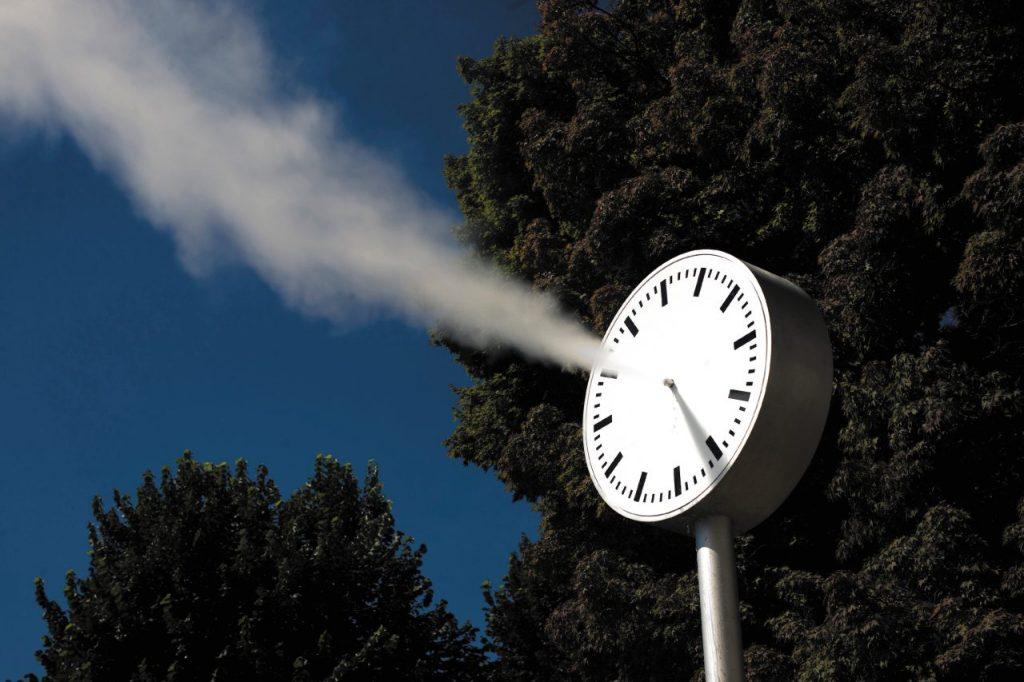 orologio a vapore di Roman Signer land art