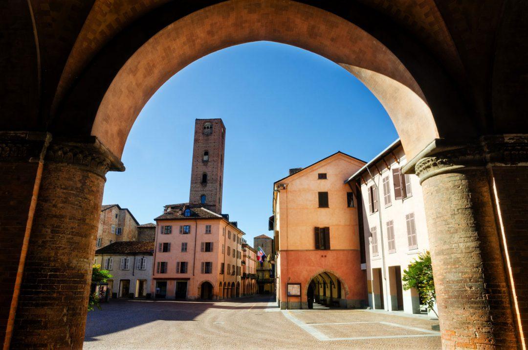 Langhe in bici: sette itinerari tra vino, castelli e paesaggi letterari