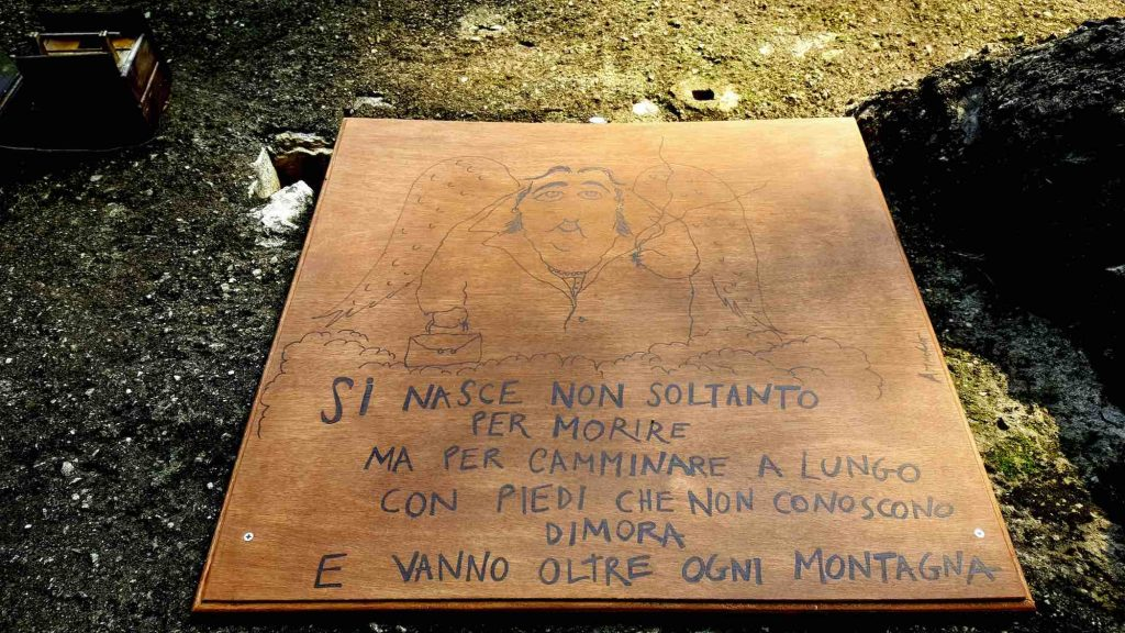 Uno dei cartelli poetici lungo il Sentiero Merini, sulla multtiera Como-Brunate.