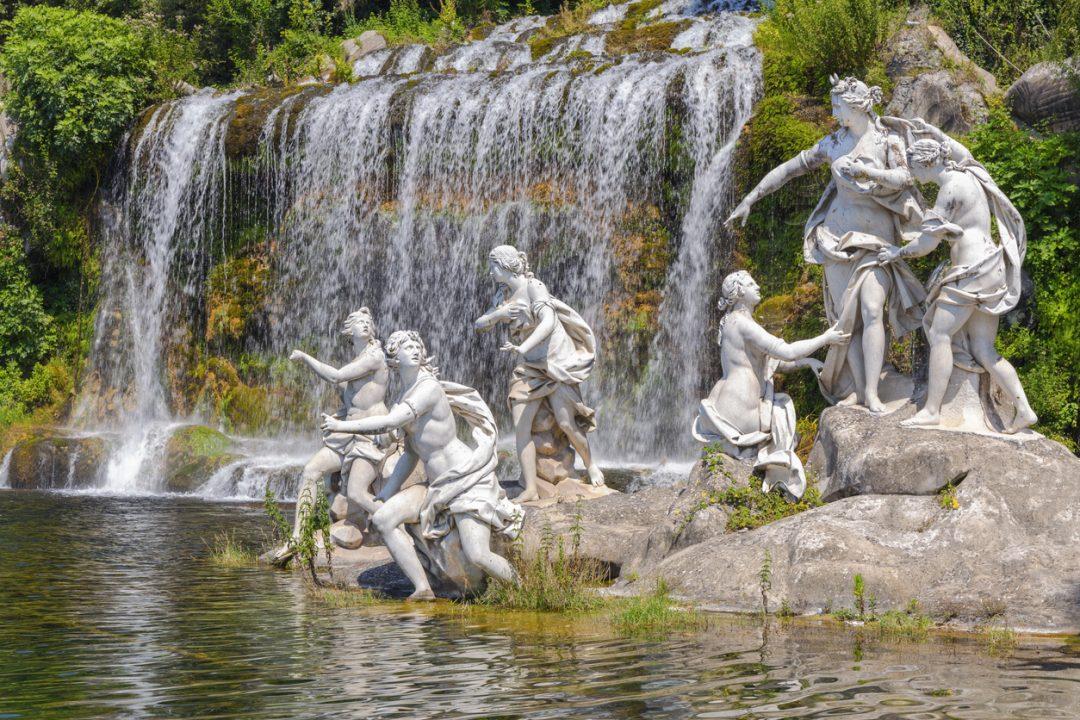 Reggia di Caserta: un'immagine delle statue delle Ninfe del giardino della residenza reale