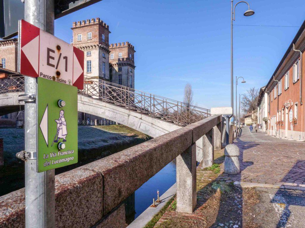 Un viandante su sfondo verde: il simbolo della Via Francisca del Lucomagno a Robecco sul Naviglio