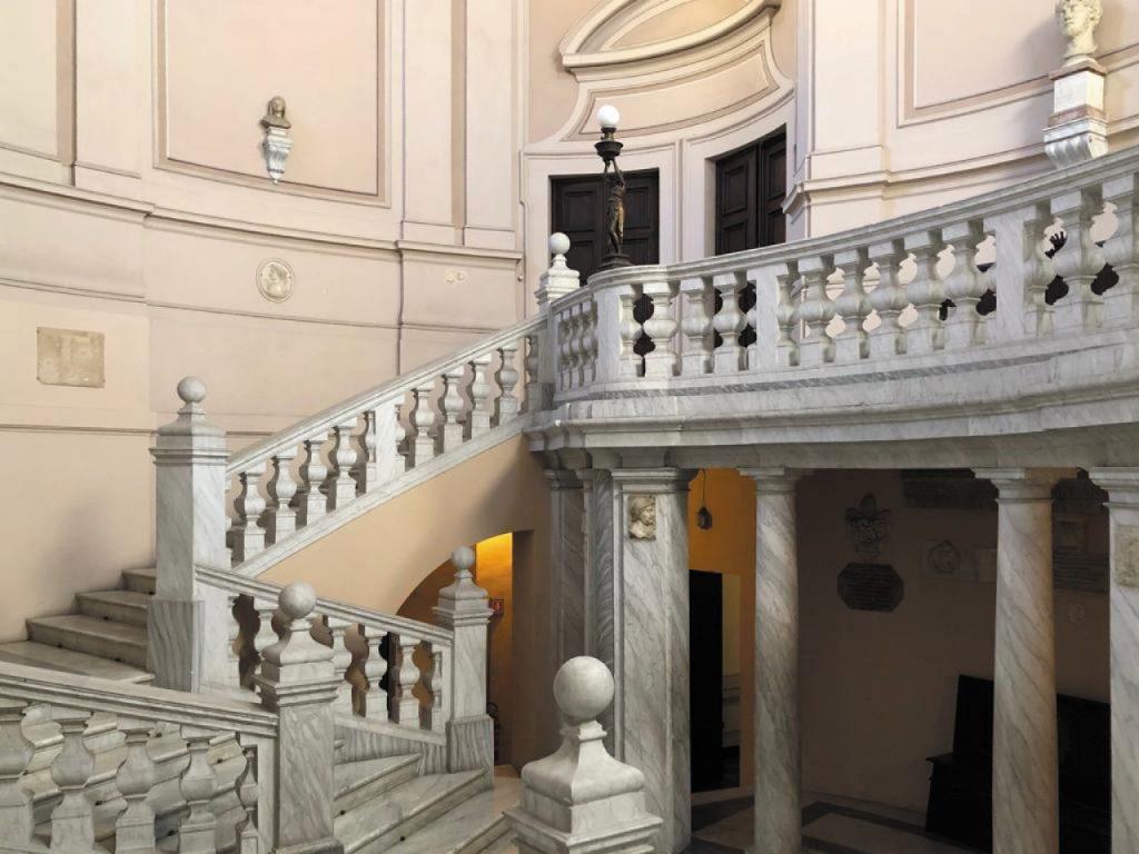 Lo scalone di entrata al piano nobile di Palazzo Leopardi (giacomoleopardi.it)