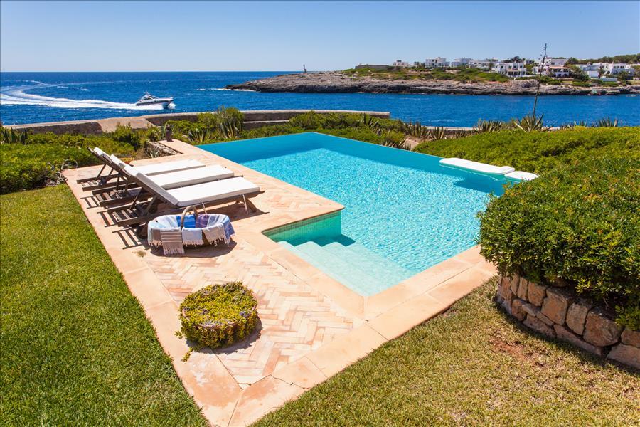 La piscina della villa a Maiorca protagonista di White Line