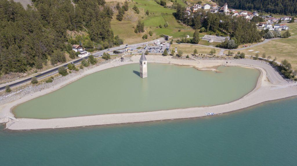 Curon: il campanile in mezzo al lago di Resia dall'alto