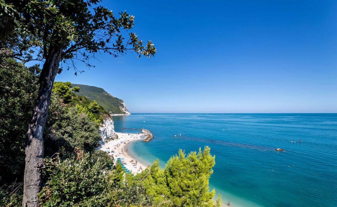 Le spiagge più belle delle Marche, da Gabicce al Conero fino a Grottammare