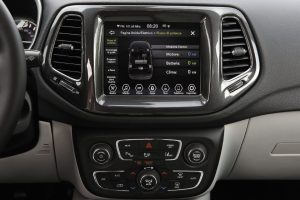 Il cruscotto con i controlli elettronici di Jeep Compass Limited 4xe