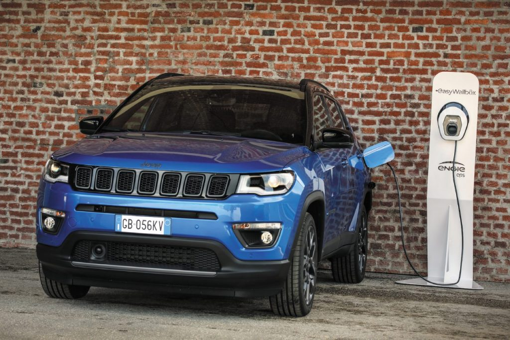 Jeep Compass 4xe in fase di ricarica alla colonnina
