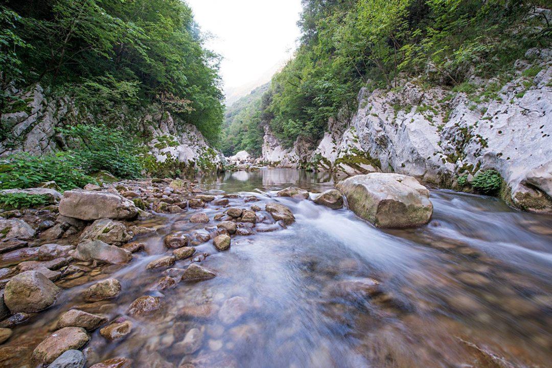 Canyon e orridi spettacolari in Italia: viaggio tra le gole nella roccia, da Nord a Sud