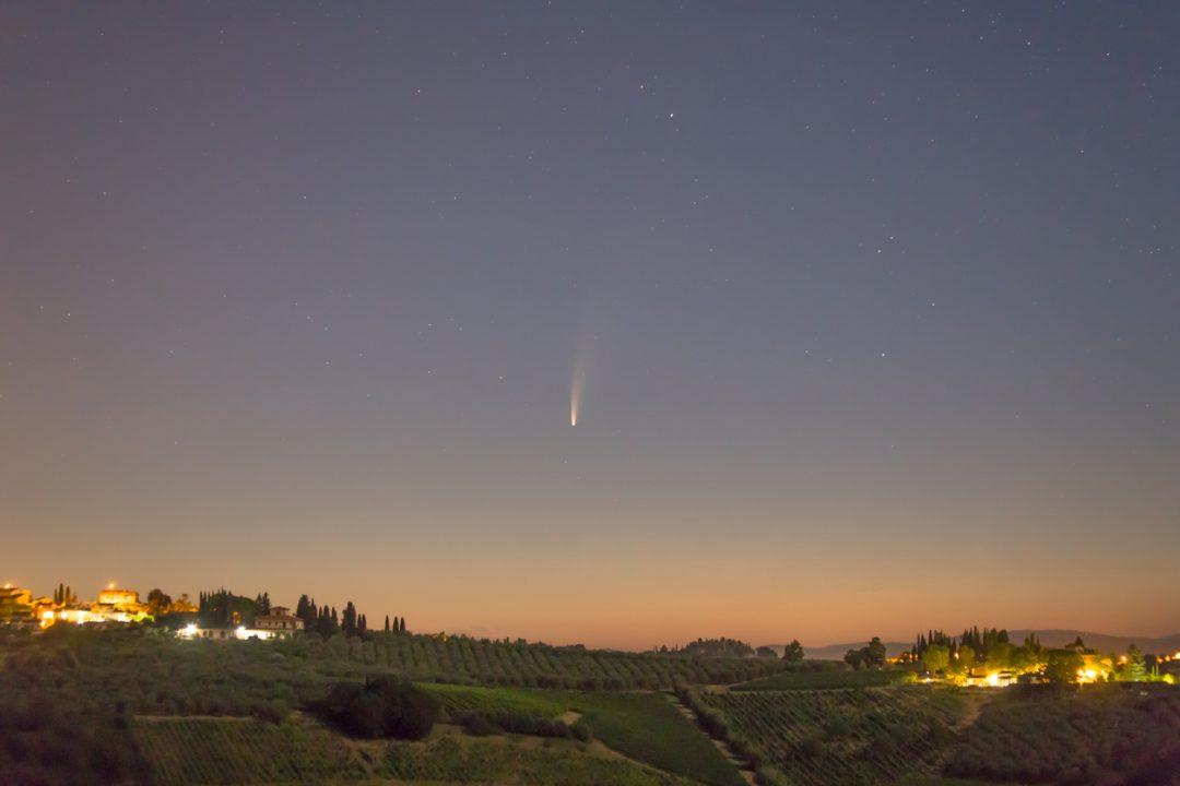 La cometa Neowise sulle colline del Chianti in Toscana - Neowise comet in the Chianti hills, Tuscany, Italy
