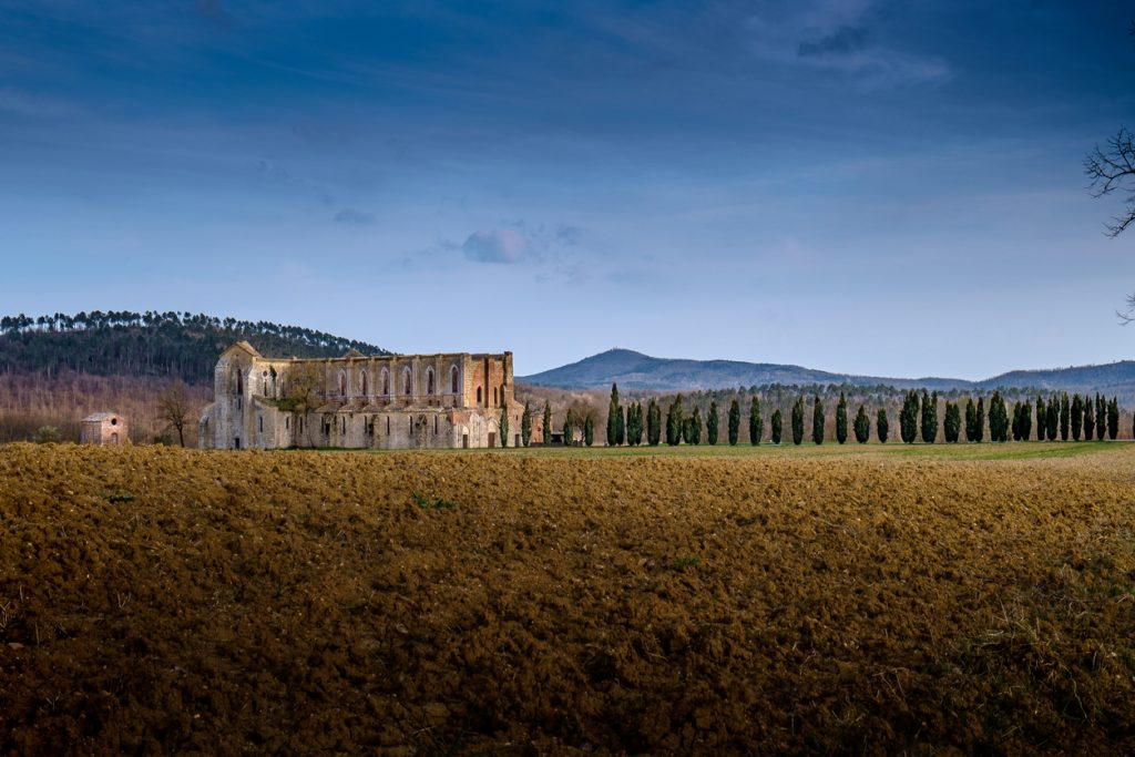All'abbazia di San Galgano si scopre la leggenda della spada nella roccia