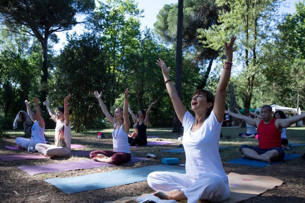 Yoga nella pineta di Milano Marittima durante il festival del benessere YAMM Silencio (©julie ansieu).