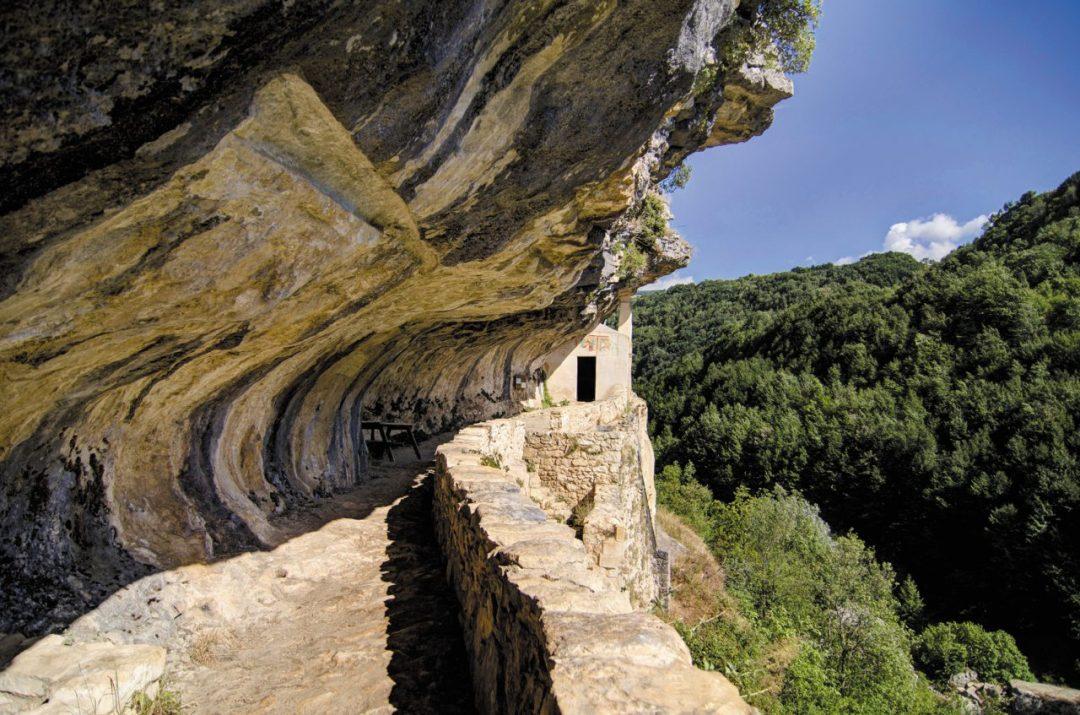 Il suggestivo percorso scavato nella roccia per l'eremo di San Bartolomeo in Legio, a strapiombo sul vallone di Santo Spirito