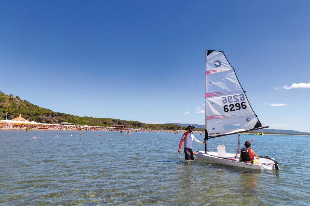 Si impara ad andare a vela sulla spiaggia di Feniglia, Argentario