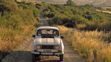 """50 Libri di viaggio per l'estate: Un particolare della copertina del librio di Francesca Volpe """"La Toscana in Renault 4"""""""
