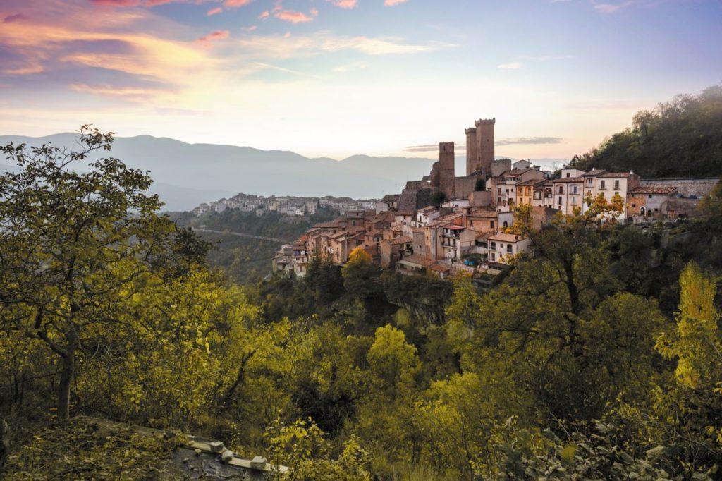 Il borgo medievale di Pacentro, nel Parco nazionale della Majella. Spiccano le torri del castello Caldora.