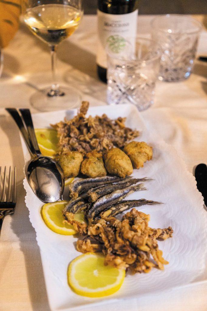 Frittura di pesce a Il Moletto, a Porto Santo Stefano.