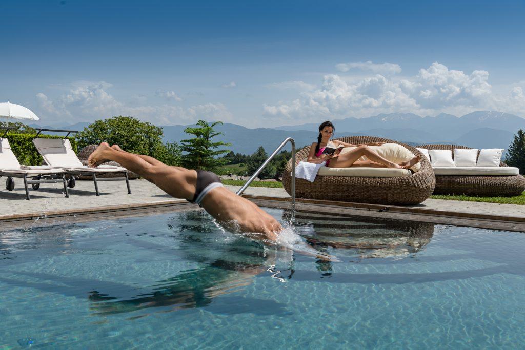 La piscina esterna del Solea Boutique & Spa Hotel di Fai della Paganella (www.hotelsolea.com).