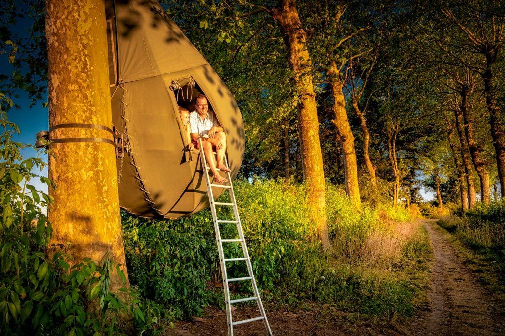 Nella foresta a Borgloon ci sono delle tende a forma di goccia che penzolano dagli alberi - per offrire soggiorni unici sospesi nella natura. (ph: borgloon.be)
